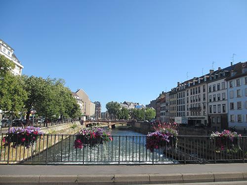 """""""イル川にかかる橋はどれも綺麗な花で飾られている"""""""