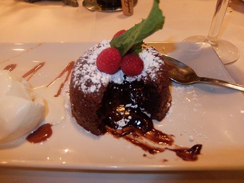 """""""中がトロトロのチョコレートケーキ@Morton's"""