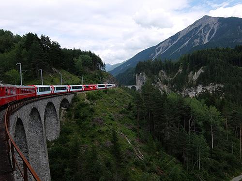 迫り来るランドヴァッサー橋(Landwasserviadukt)とトンネル