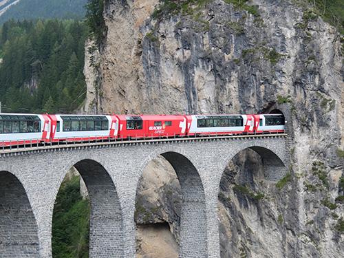 ランドヴァッサー橋(Landwasserviadukt)を渡りトンネルに入る氷河急行@世界遺産のレーティッシュ鉄道アルブラ線