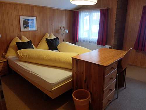 """""""北側のベッドルームはグリンデルワルトの通りに面している@ホテルTschuggen"""""""