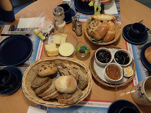 """""""ホテルTschuggenの朝食:パンとジャムとバター"""""""