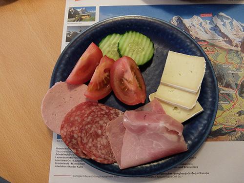 """""""ホテルTschuggenの朝食:ハムとサラミ,チーズに野菜"""""""