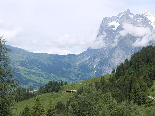 """""""前にヴェッターホルン,右にアイガー北壁を眺めながらのハイキング"""""""