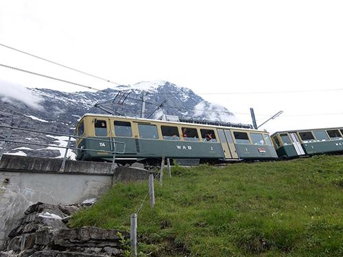 """""""アイガー北壁を背にして走る登山列車から手を振ってくれる乗客"""""""