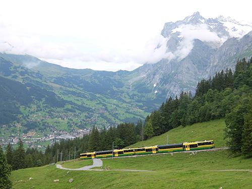 """""""グリンデルワルトに向けて下りていく登山列車"""""""