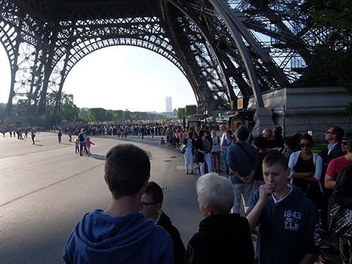 """""""エッフェル塔の一番高い展望台に行きたい人で長蛇の列@パリ"""""""