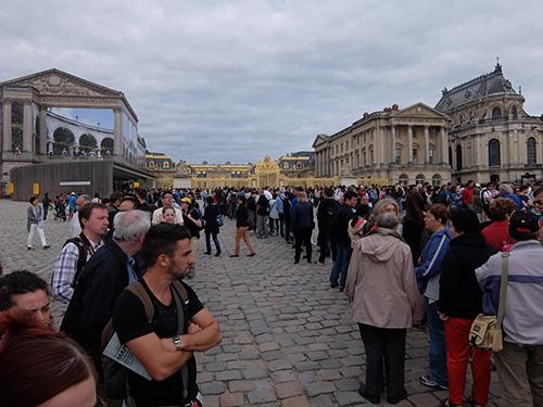 """""""ベルサイユ宮殿に入るための行列が長すぎて呆気にとられる"""""""