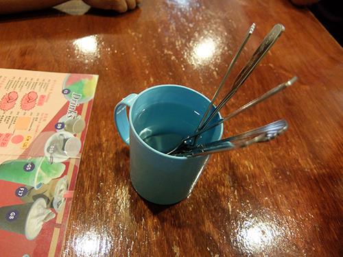 """""""衝撃!スプーンをプラスチックカップの熱湯で消毒する"""""""