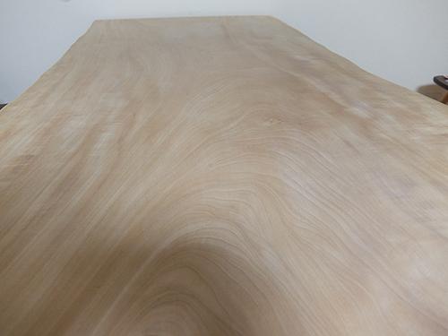 """""""研磨して出た木の粉を拭き取ったところ:無垢材一枚板の手入れ"""""""