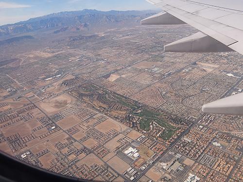 """""""一部だけ緑化されているのはゴルフコースか?:ラスベガス上空にて"""""""