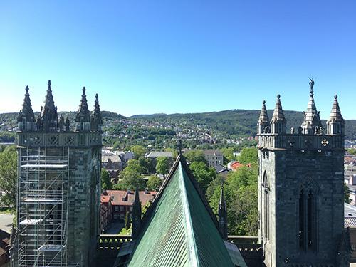 ニーダロス大聖堂の尖塔からトロンハイム市街を見下ろす