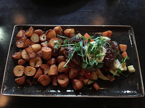 200gのステーキだがポテトが量で圧倒@Tulla Fischer