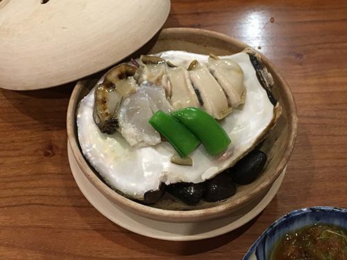岩牡蠣(殻の下には焼いた小石)@佳肴岡もと