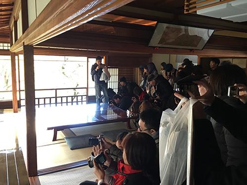 """""""瑠璃光院の紅葉を撮影する人達"""""""