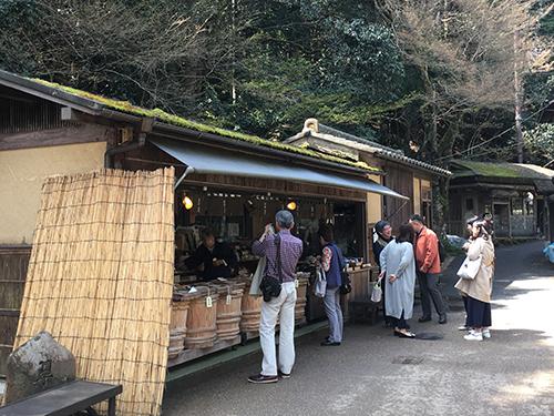 """""""すぐき,千枚漬けと並んで京都の三大漬物とされるしば漬けは大原が発祥の地.平家滅亡後に大原に隠棲した建礼門院に,しそと漬け込んだ夏野菜を里人が差し入れたところ,その美味しさに感動した建礼門院が紫葉漬けと名付けたと伝えられている."""""""