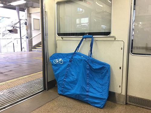 grungeキャリーライトに収納したロードバイクを電車内に固定する.