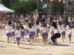 秋晴れに恵まれた幼稚園の運動会で先生に感謝
